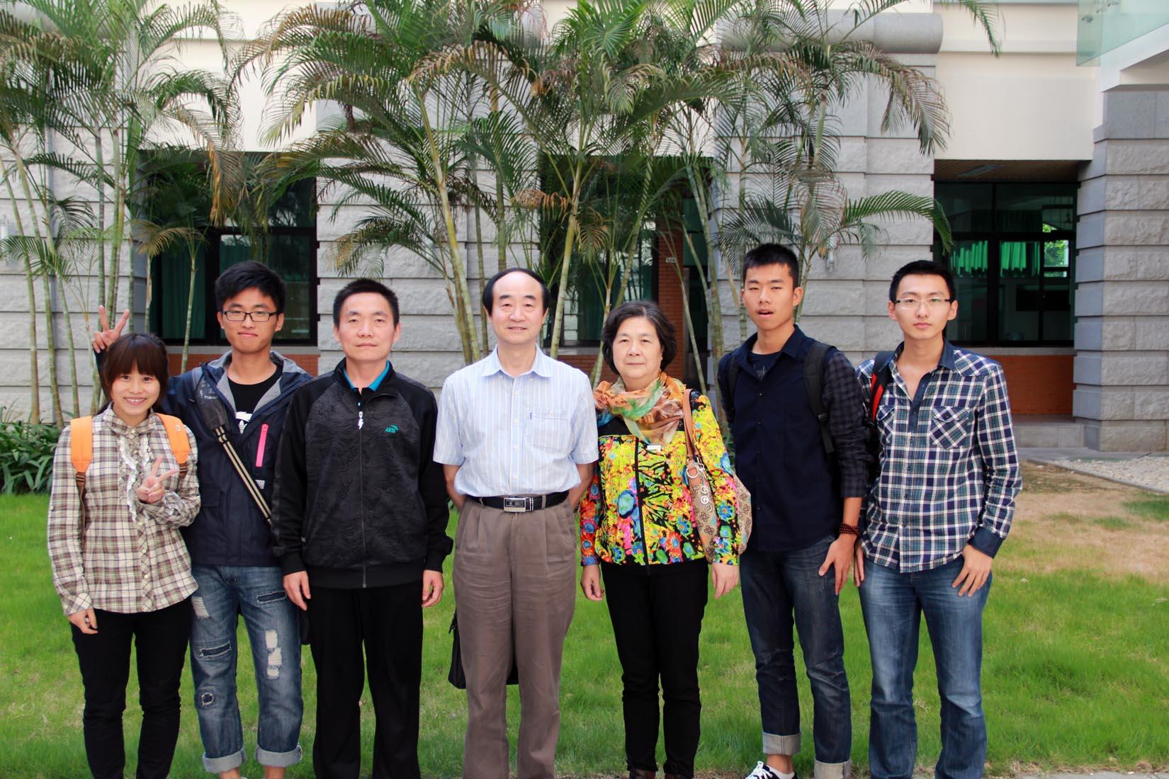 讲座结束后,邱尚仁老师(中)与部分师生合影.  摄影  咸雄图片